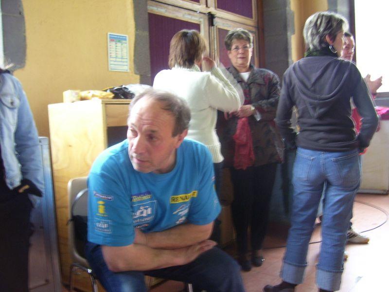 Alain qui attends, Coco de dos, Bernadette qui surveille, Fabienne les mains dans les poches et CC vers la buvette