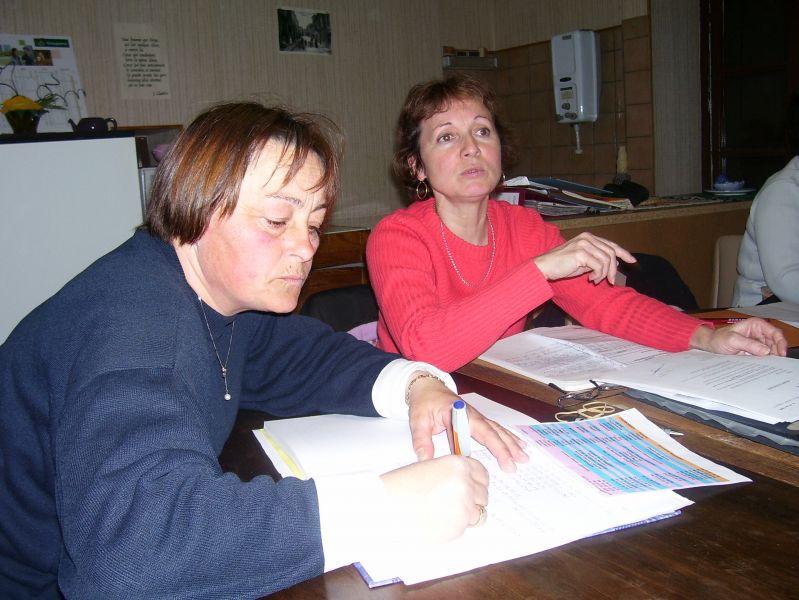 Michèle en pull rouge et Corinne en pull bleu