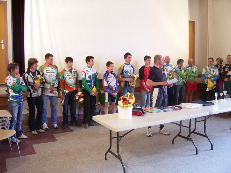 Aux cotés des représentants du conseil municipal de Combronde, Laurent, devant au centre, a remis les coupes aux vainqueurs des différentes catégories.